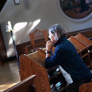 Cynthia Bourgeault beim Beten