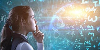 Mathematikerin vor einer Wandtafel